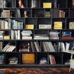 Planen Sie Ihr Bücherregal online und lassen Sie es vom lokalen Tischler/Schreiner produzieren und montieren.